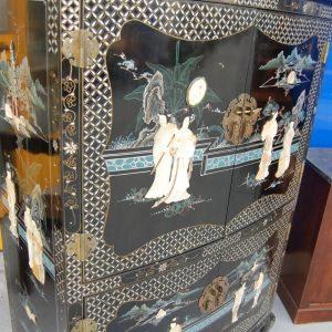credenza cinese a 4 ante laccata e dipinta decorata con pietre dure fronte 91 cm 01