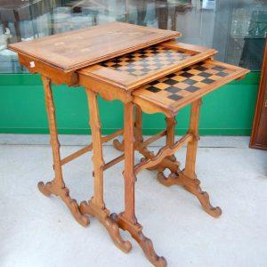 tre tavolini ad incastro detti a gigogne intarsiati con uccellini e scacchiera h 73 cm il maggiore 01 11