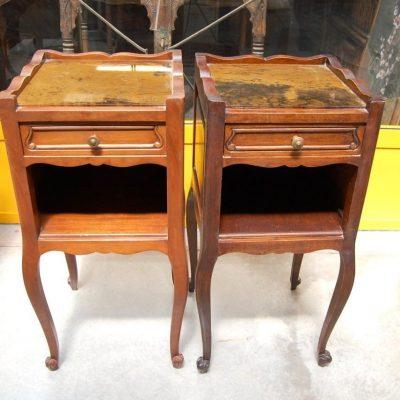 coppia di comodini in stile luigi xv piano in vetro su fondo ramato 01 4