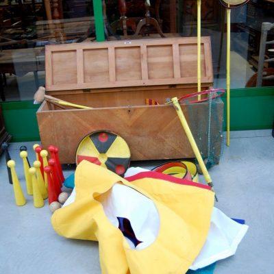 cassapanca contenente giochi misti da fiera birilli in legno ecc fronte 138 cm 01 10