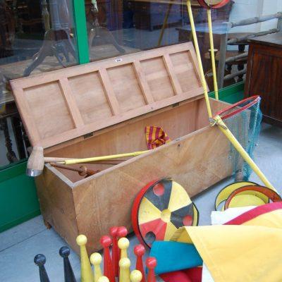 cassapanca contenente giochi misti da fiera birilli in legno ecc fronte 138 cm 01 8