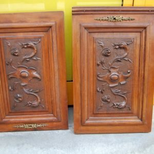 coppia di pannelli scolpiti antine in noce decorate a riccioli e volute h 54 cm 01 4