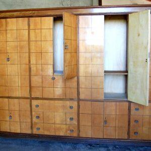 grande armadio deco in acero pomelli in vetro numerosi scomparti e ribalta fronte 379 cm 01 25