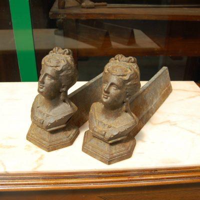 coppia di alari in ghisa 800 con figura femminile lunghi 38 cm 01