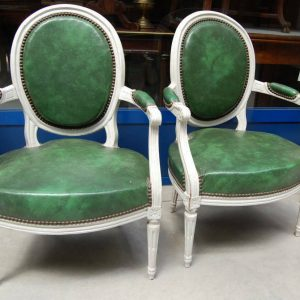 Coppia di poltrone laccate in stile Luigi XVI rivestimento in similpelle verde 203025575483